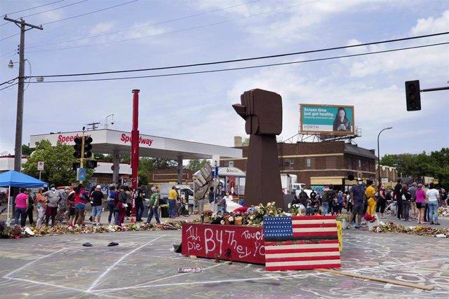 Archivo - Monumento levantado en el lugar que murió George Floyd durante una detención policial en Mineápolis