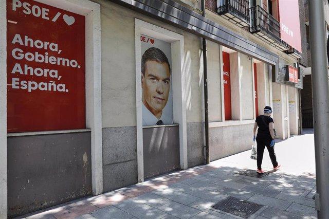 Archivo - Cartel con la cara del presidente del Gobierno y secretario general del Partido Socialista, Pedro Sánchez, en la entrada al edificio de la sede del PSOE, situado en la calle Ferraz, en Madrid (España), a 24 de julio de 2020.