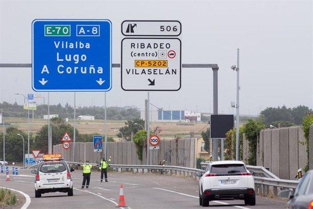 Archivo - Punto de control de La Guardia Civil de Tráfico en la entrada a la Comunidad gallega a través de Ribadeo, municipio limítrofe con el Principado, en Ribadeo, Lugo, Galicia (España)