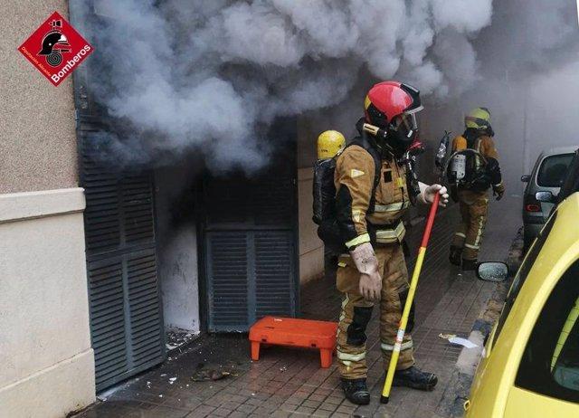 Bomberos trabajan para extinguir el incendio