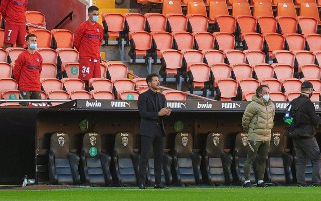 Archivo - Diego Pablo Simeone head coach of Atletico de Madrid  applause during the La Liga Santander mach between Valencia and Atletico de Madrid at Estadio de Mestalla on November 28, 2020 in Valencia, Spain