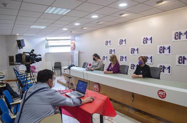 (I-D) La portavoz del Movimiento Feminista de Madrid, Claudia Stein, la secretaria de Igualdad de UGT Madrid, Ana Sánchez de la Coba y la vicepresidenta de la Federación de Asociaciones de Mujeres de la Comunidad de Madrid, Elena Sigüenza durante una rued
