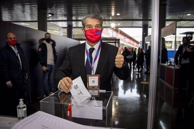 El candidato Joan Laporta, votando en la jornada de elecciones presidenciales del FC Barcelona del domingo 7 de marzo