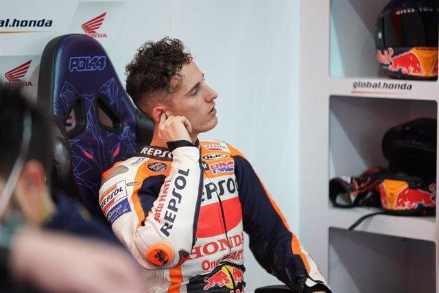 Pol Esparagó en su box durante los test de Losail de MotoGP