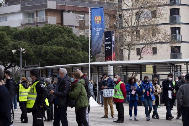 Socios y socias votando durante la jornada electoral para elegir al nuevo presidente del FC Barcelona, el domingo 7 de marzo 2021, en la que ganó Joan Laporta