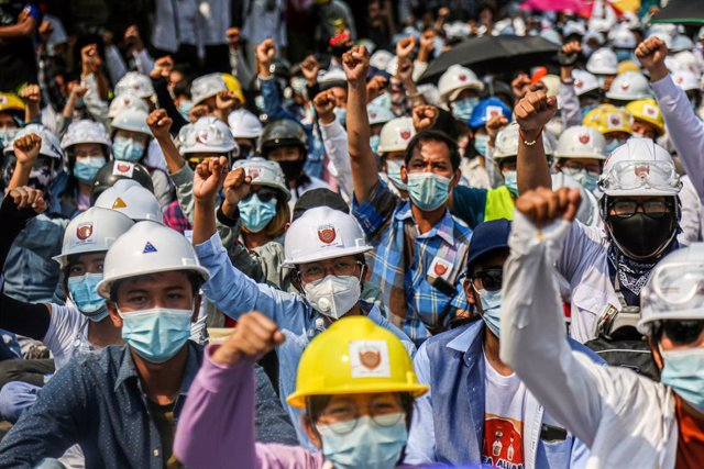 07 March 2021, Myanmar, Mandalay: Protesters shout slogans during a demonstration against the military coup and the detention of civilian leaders. Photo: Kaung Zaw Hein/SOPA Images via ZUMA Wire/dpa