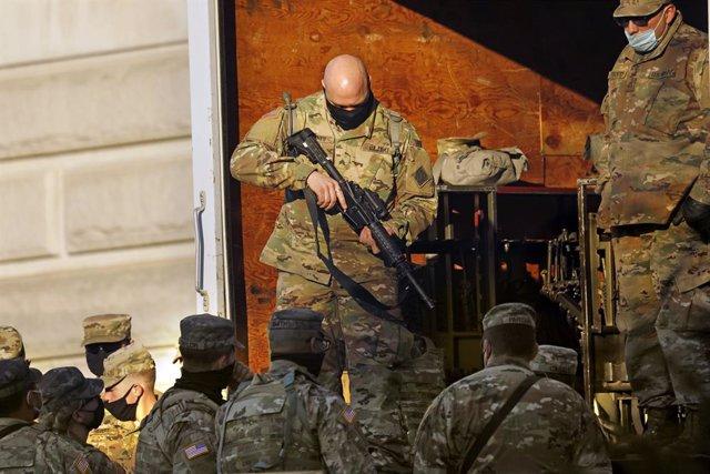 Archivo - Un militar de las tropas de guardia recibe un arma el día de antes de la 59ª ceremonia inaugural del presidente electo Joe Biden y la Vicepresidente electa Kamala Harri, en el lado este del Capitolio, en Washington D.C., Estados Unidos, a 19 de