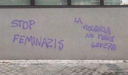 Dos pintadas en la sede de Podemos con las consignas 'Stop feminazis' y 'La violencia no tiene género'.