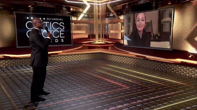 Taye Diggs y Gillian Anderson speak en los Critics Choice Awards
