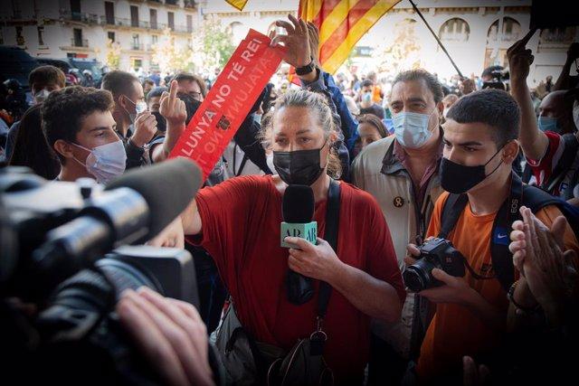 Archivo - La periodista Mayka Navarro es increpada por los manifestantes independentistas en la estación de Francia donde se han desplazado para protestar por la presencia de Felipe VI y el presidente del Gobierno, Pedro Sánchez, en Barcelona, Catalunya,