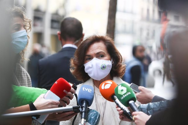 La vicepresidenta primera y ministra de la Presidencia, Relaciones con las Cortes y Memoria Democrática, Carmen Calvo ofrece declaraciones a los medios a su llegada a la presentación de una jornada de debate del informe 'Madre no hay más que una: monopare