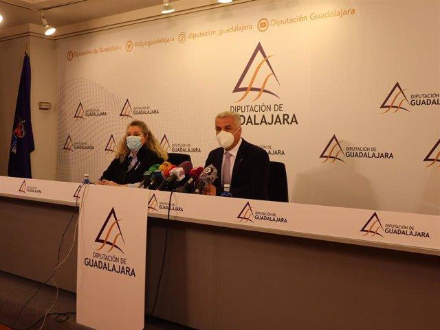El presidente de la Diputación de Guadalajara, José Luis Vega, y la diputada de Economía y Hacienda, Susana Alcalde, en rueda de prensa