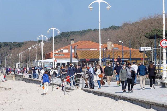 Varias personas en la playa de Samil, en Vigo, Galicia (España), a 28 de febrero de 2021. Los gallegos afrontan este domingo el tercer día de desescalada progresiva después de que este viernes 26 de febrero comenzara el alivio de restricciones en la regió