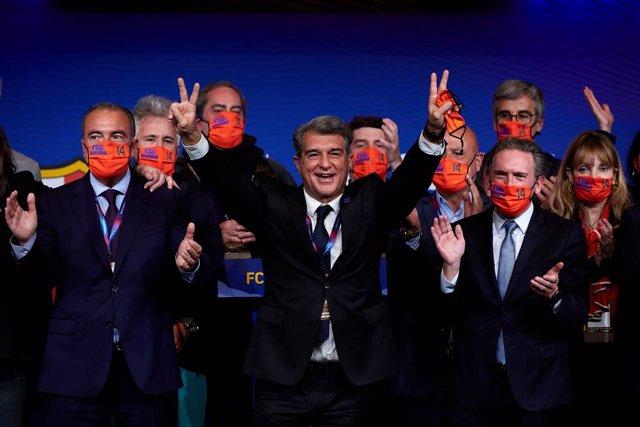 Joan Laporta celebra junto a miembros de 'Estimem el Barça' su victoria en las elecciones presidenciales del domingo 7 de marzo de 2021