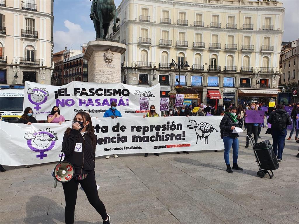 """Decenas de estudiantes se concentran en Sol a pesar de la prohibición: """"8M sin mordazas"""""""