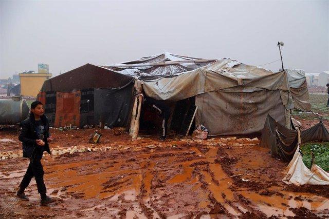 Archivo - Desplazados cerca de la localidad siria de Al Dana