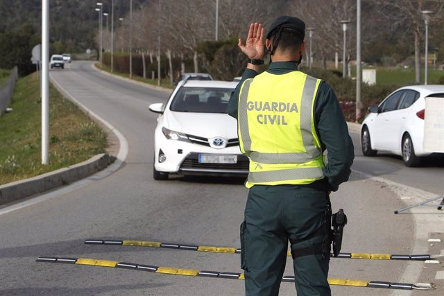 Un agente de la Guardia Civil durante un control rutinario de carretera en la zona de Magaluf (Calvià) en Palma de Mallorca (España), a 6 de marzo de 2021. El pasado 3 de marzo, entraron en vigor medidas para la desescalada en Mallorca, como la reapertura