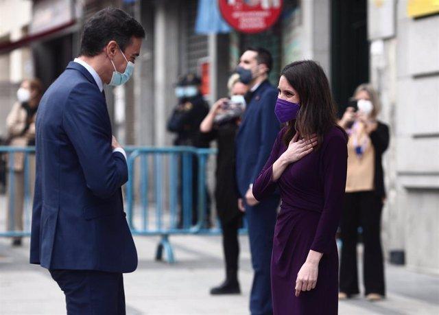 El presidente del Gobierno, Pedro Sánchez, saluda a la ministra de Igualdad, Irene Montero, a su llegada al acto institucional con motivo del 8 de marzo, Día Internacional de la Mujer, organizado por el Ministerio de Igualdad, en Madrid