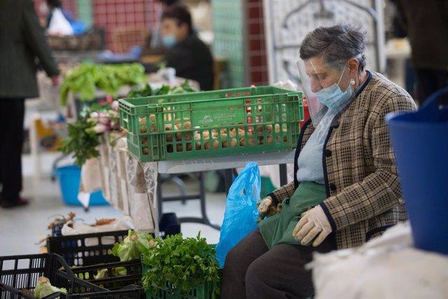 Archivo - Una vendedora de verduras