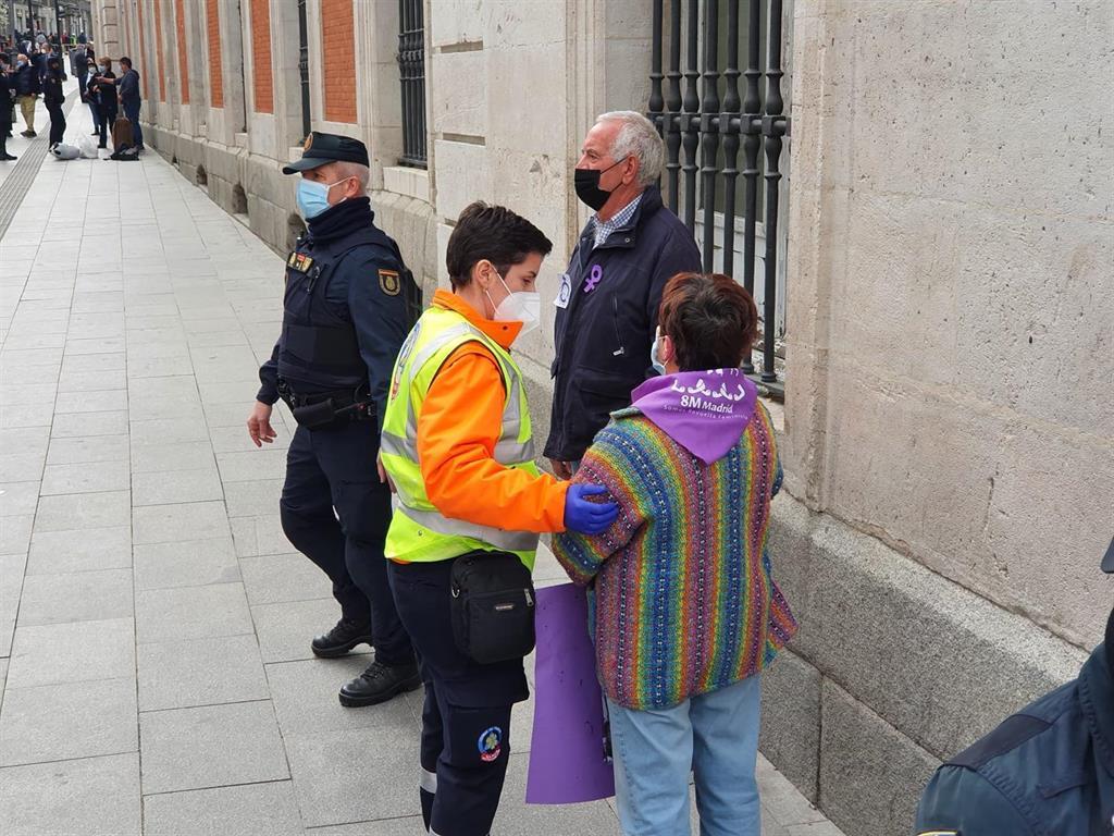8M.- La Policía interviene en la concentración de Sol para separar a un grupo de personas de los manifestantes