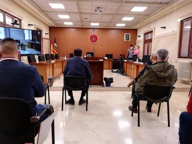Los acusados de la trama de robos de vehículos, en la Audiencia Provincial.