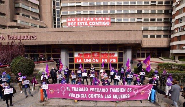 Concentración a las puertas de la sede de UGT Madrid por el 8M, en Avenida de América.