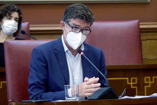 Archivo - El primer teniente de alcalde y concejal de Servicios Públicos del Ayuntamiento de Santa Cruz de Tenerife, Guillermo Díaz Guerra