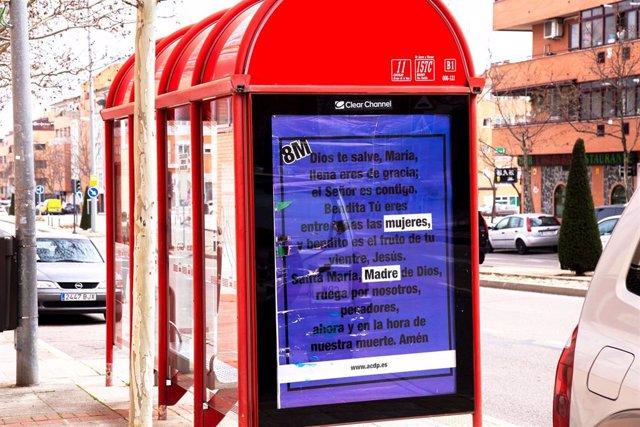 La campaña de la ACdP por el 8M en una marquesina de autobús.
