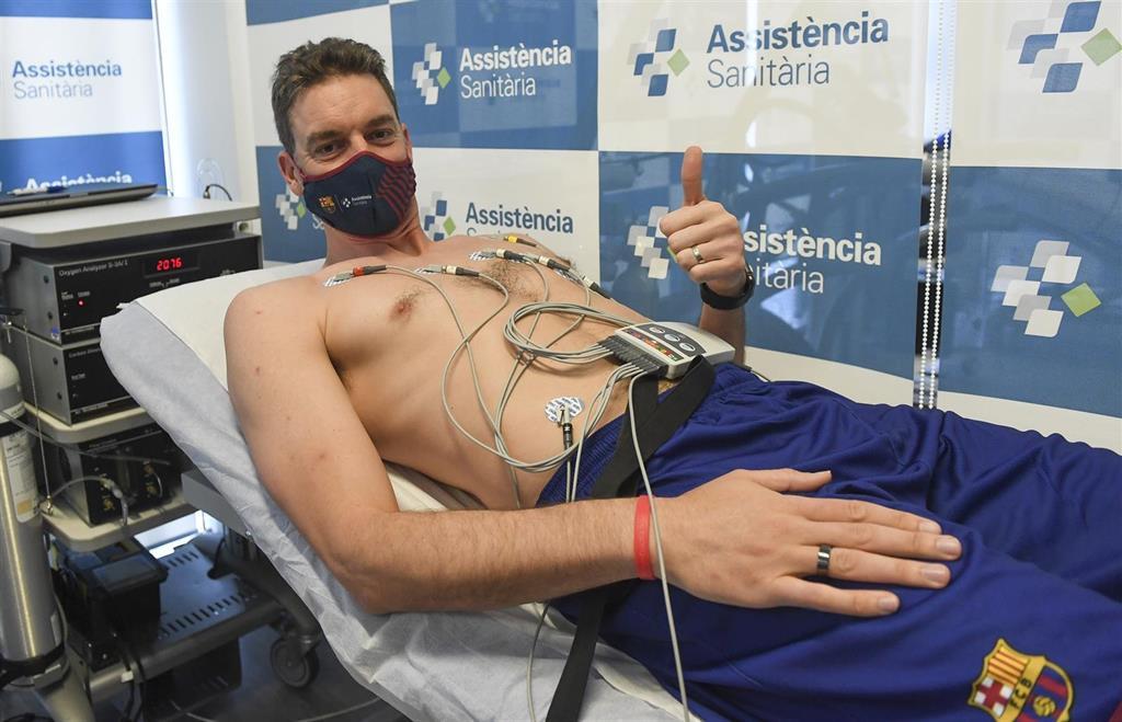 Pau Gasol pasa la revisión médica con el Barça
