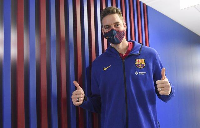 El nuevo jugador del Barça de baloncesto Pau Gasol tras pasar la revisión médica en la Ciutat Esportiva Joan Gamper