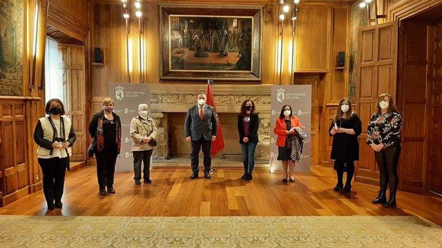 Morán (C) preside el homenaje de la Diputación de León a las mujeres.