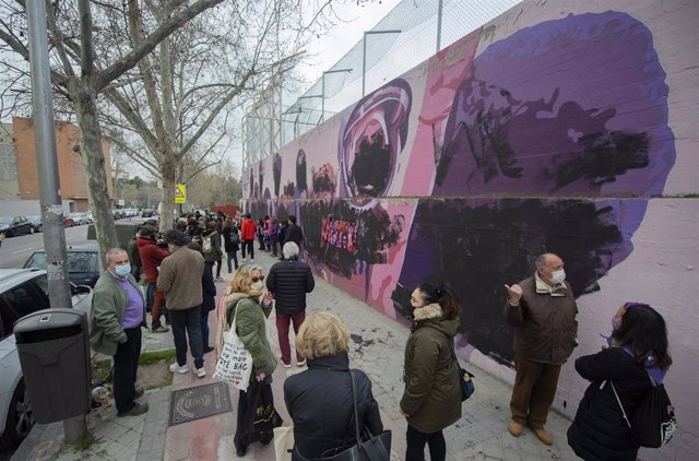 Transeúntes observan el mural feminista de Ciudad Lineal que ha amanecido este 8M, Día Internacional de las Mujeres, completamente vandalizado, tachando los rostros de las mujeres que han hecho historia, en Madrid, (España), a 8 de marzo de 2021. Además d