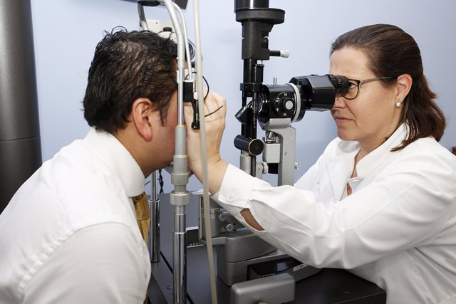 Archivo - Glaucoma, vista, revisión, oculista