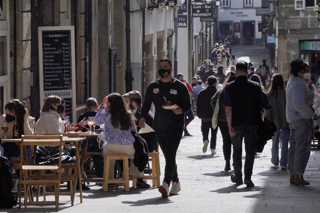 Terrazas de restaurantes llenas de gente durante el segundo día de la apertura parcial de la hostelería en Santiago de Compostela, A Coruña, Galicia (España), a 27 de febrero de 2021.