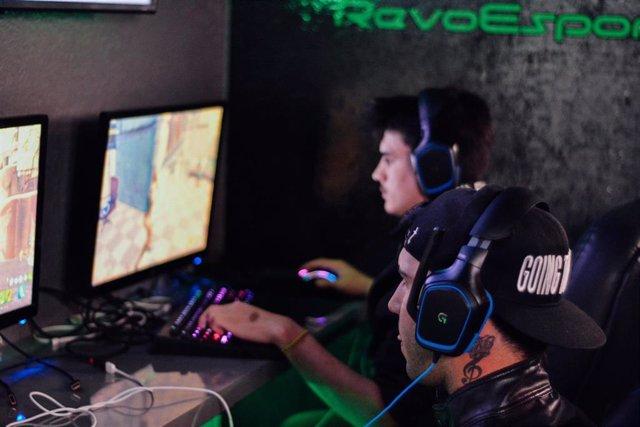 Jugadores de eSports profesionales compitiendo.