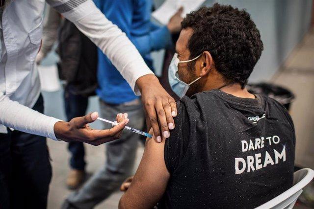 Un trabajador palestino recibe la primera dosis de la vacuna contra el coronavirus.