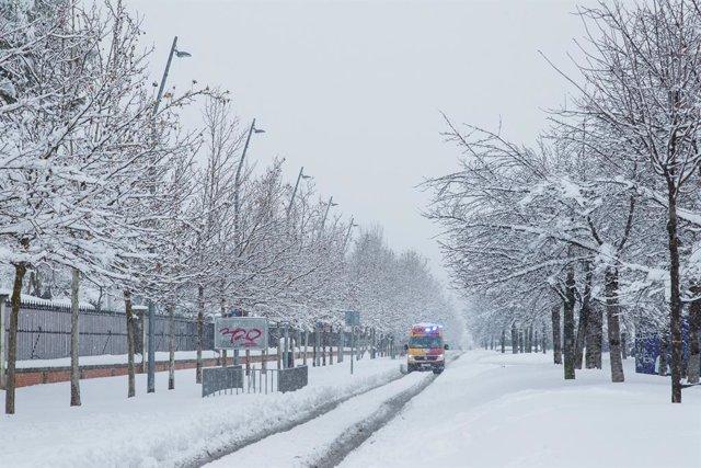 Archivo - Una ambulancia durante la gran nevada provocada por la borrasca 'Filomena',  en Madrid (España), a 9 de enero de 2021. La borrasca 'Filomena' ha provocado una intensa nevada en la Comunidad de Madrid, principalmente en la capital y en la zona su