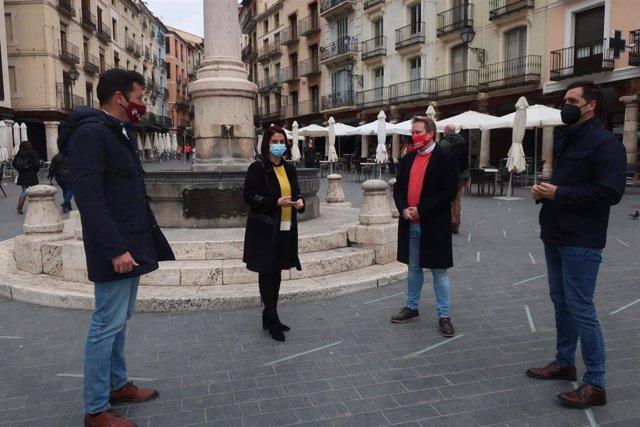 La alcaldesa de Teruel, Emma Buj, en la plaza del Torico, con varios concejales tras anunciar la suspensión de las tasas de terrazas en 2021