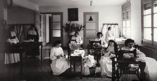 La Diputación de Zaragoza digitaliza una exposición de fotografías antiguas sobre mujeres de la provincia.