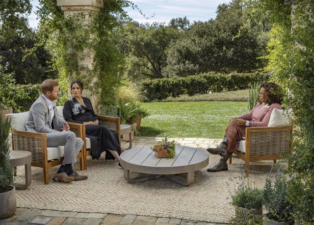 El príncipe Enrique y Meghan Markle, duques de Sussex, durante su entrevista con Oprah Winfrey.
