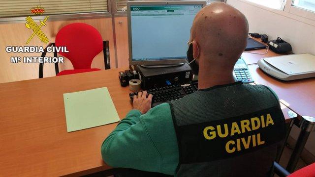Archivo - Un guardia civil en tareas de investigación