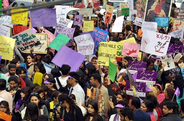 Archivo - Manifestación con motivo del Día de la Mujer en Peshawar, en el norte de Pakistán.