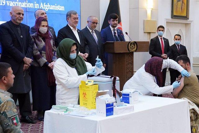 Archivo - Un miembro de las fuerzas de seguridad afganas recibe una dosis de la vacuna contra el coronavirus en una imagen de archivo.