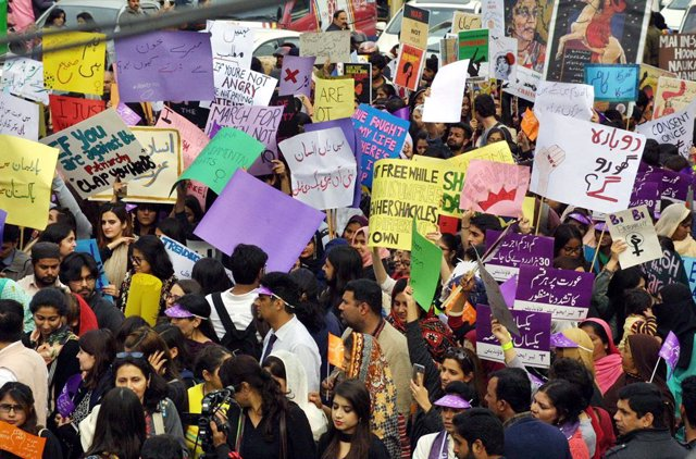 Archivo - 08 March 2019, Pakistan, Peshawar: People hold placards and signs as they take part in a demonstration during the International Women's Day. Photo: -/PPI via ZUMA Wire/dpa