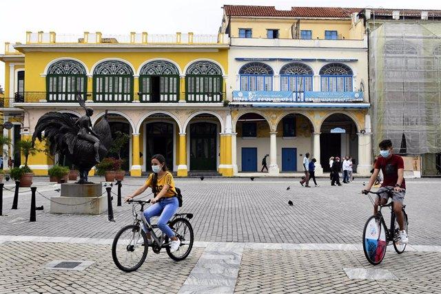 Archivo - Personas con mascarillas en La Habana