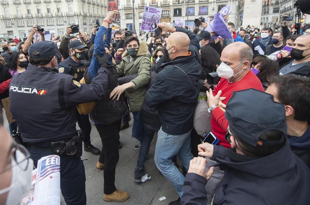 La manifestación de estudiantes de Sol termina con una mujer herida y la intervención de la Policía
