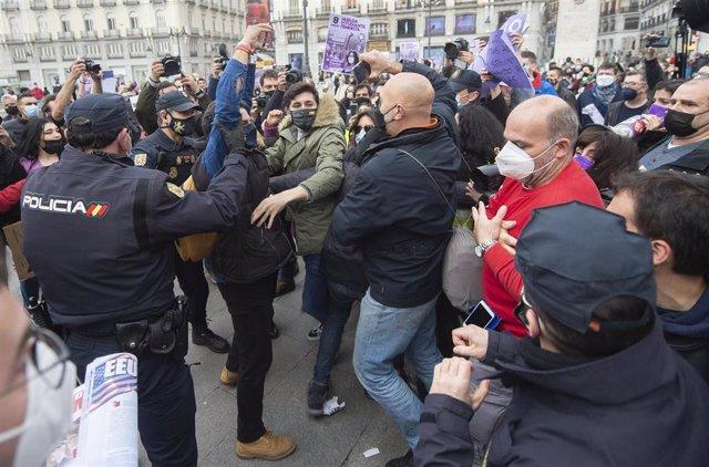 Varias personas acuden a mostrar su indignación por una concentración no autorizada del Sindicato de Estudiantes en la Puerta del Sol con motivo del Día Internacional de la Mujer, en Madrid (España), a 8 de marzo de 2021.