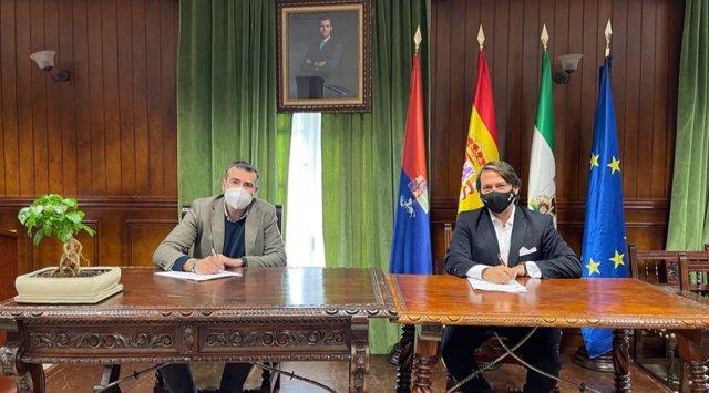 Antonio Vila, de Fundación Plant For The Planet, y el alcalde de Alcalá, Javier Pizarro