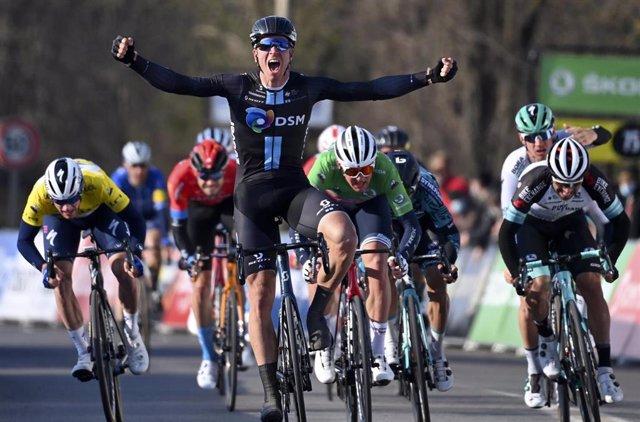 El ciclista neerlandés Cees Bol (Team DSM) se impone en la segunda etapa de la París-Niza 2021, disputada entre Oinville-sur-Montcient y Amilly