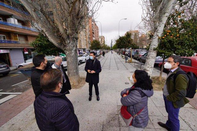 Visita del grupo socialista en el Ayuntamiento de Granada al bulevar de la Calle Primavera
